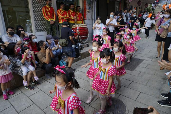馬祖秋慶之一的鐵板燒塔節25日熱鬧登場,不僅是回復傳統燒塔儀式,系列活動也融入新世代元素,邀請親子踩街等,吸引人潮同樂。