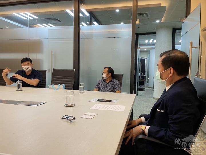 巴拉圭臺商會副會長劉遠意(中)與青商會新任會長陳亮銘(左)與韓志正大使(右)討論有關協助青商在地深耕、強化連結臺灣優勢產業等會務發展面向。