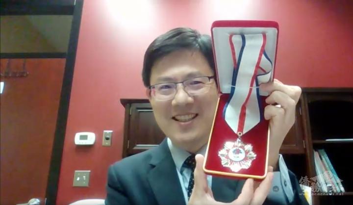 芝加哥華僑文教服務中心副主任黃慶育於線上教師節敬師活動致詞頒獎