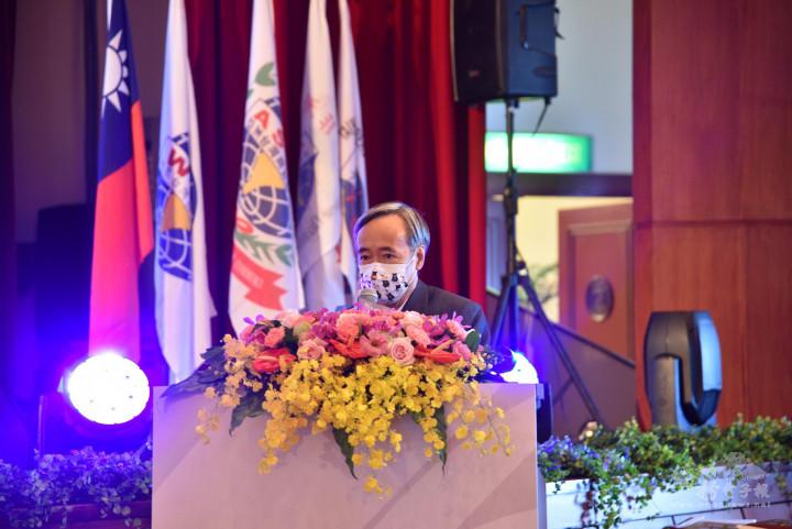 梁輝騰感謝黃凱琳過去一年的貢獻與付出,並恭喜獲選海外十大傑出青年的青商會員們