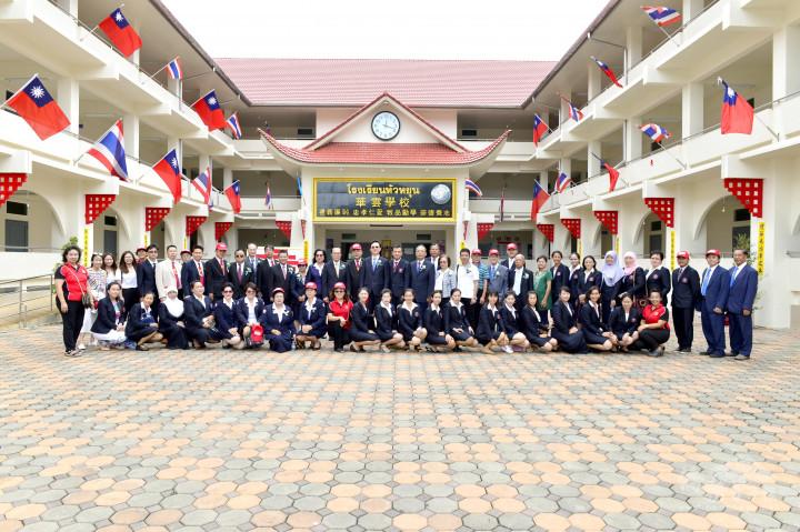 童振源委員長為駐泰代表訪視泰北與華雲學校教師合影情景