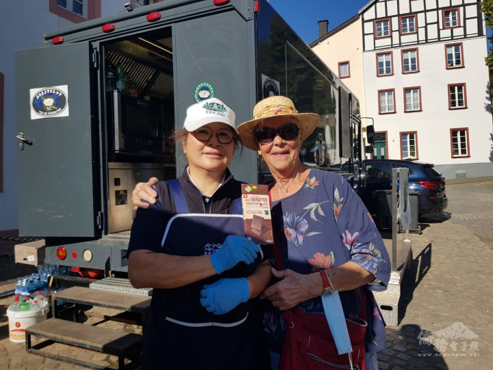 居民特別帶了巧克力來感謝志工每天提供美味蔬食