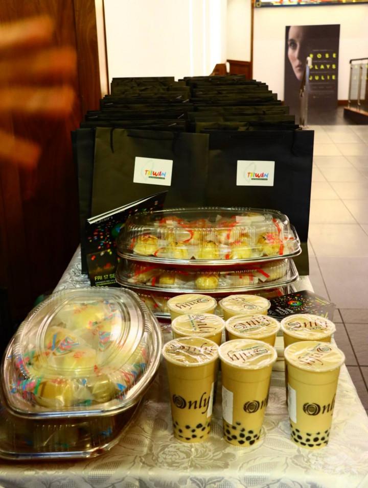 臺灣傳統小吃刈包、月餅與珍珠奶茶