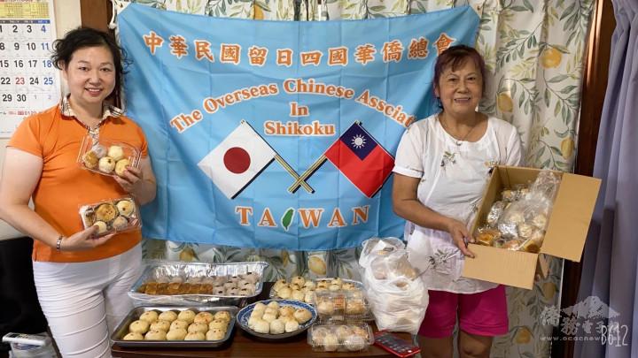 上島彩及陸雪妹合力製作月餅