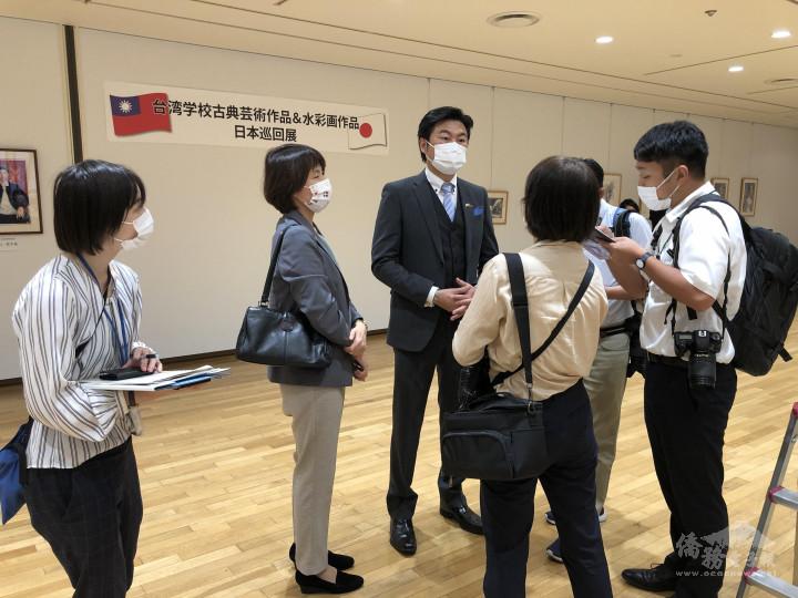 李世丙(左3)接受媒體採訪