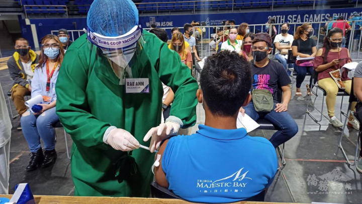 松玥建設公司會長蘇國芳為員工施打疫苗。