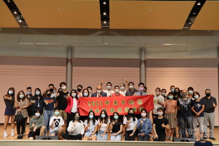 芝加哥文教中心主任劉綏珍、副主任黃慶育與3位講座及出席僑青合影