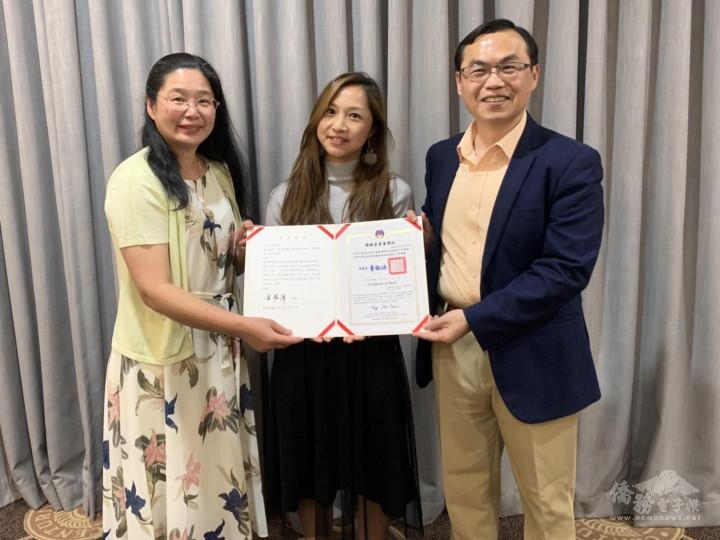 賀大使夫婦代僑委會致頒王莉文老師連續服務十年優良教師感謝狀。