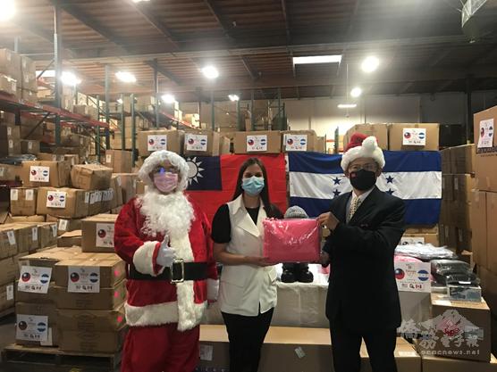 2020年12月17日北美洲臺灣商會聯合總會捐贈賑濟友邦宏都拉斯風災防疫物資,賴銘琪(右)受邀觀禮