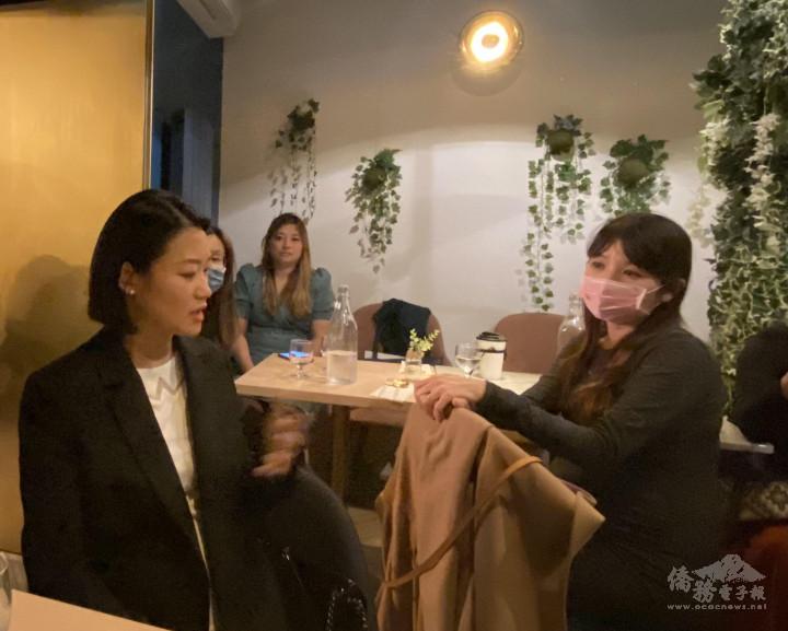王靜雯(左)分享她在職場與家庭間找平衡的經驗談。