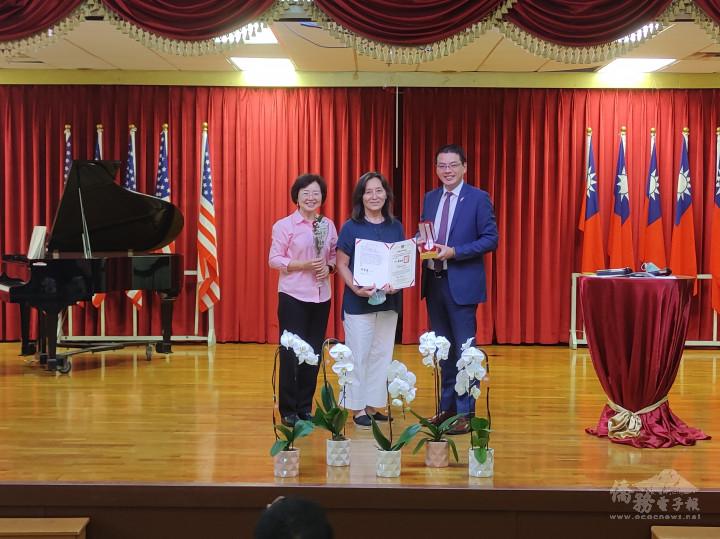 陳真玢領取30年教學證書和金質獎章