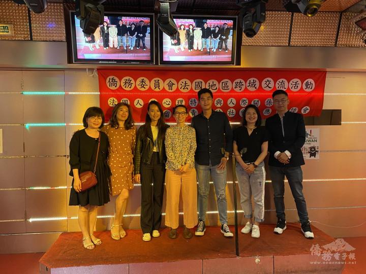 左一僑務組組長劉素秋、左四吳建芝醫師與青年僑團的代表合影