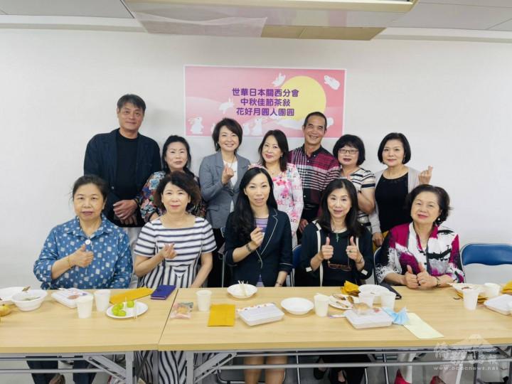 第一排右起:俞秀霞、劉雯玲、楊慧萍、洪麗華與第三屆幹部合影