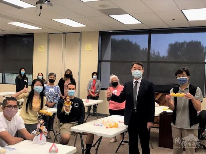 橙僑中心主任蔣翼鵬參觀臺灣華語文學習中心在爾灣中文學校首度開課。