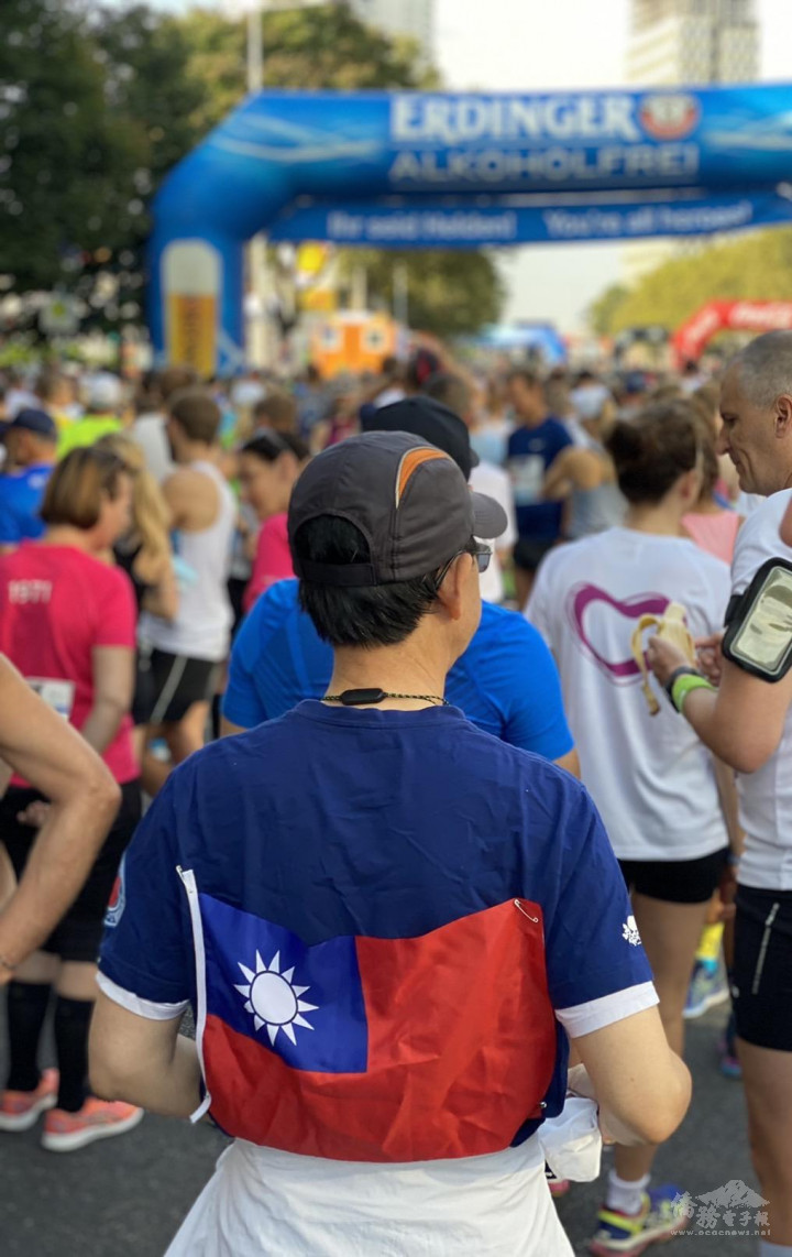 Former official in the Nuclear Energy Division of the Taipei Economic and Culture Office in Austria Henry Hung pinned on an ROC flag when participating in the 38th Vienna City Marathon.