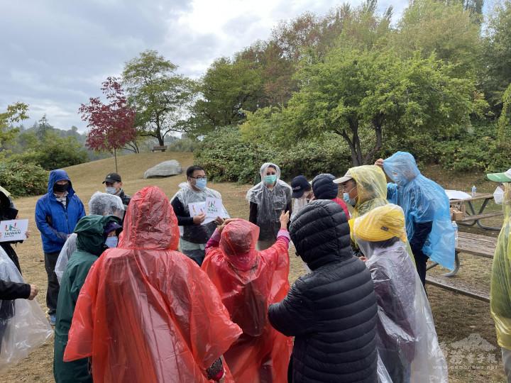 大家穿上輕便雨衣在大西雅圖臺灣同鄉會韋志澄的帶領下拿著訴求聲援臺灣加入聯合國招牌開始沿著湖邊走