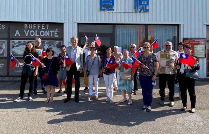 駐法國代表處吳大使志中(左5)偕同僑務組劉組長素秋(左3)參加諾曼第臺法聯誼會於9月18日舉辦的「慶祝中華民國國慶暨中秋餐會」, Hérouville-Saint-Clair市政府官員Baya Mounkar-Mokhtari女士(左7)亦應邀出席,由該會沈會長婷婷(右8)及會員們熱情迎接。