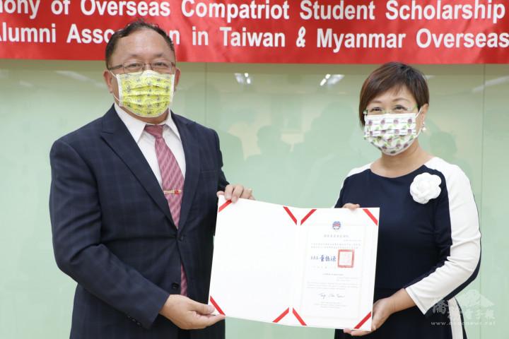 徐佳青副委員長頒贈感謝狀予中華民國緬甸歸僑協會名譽理事長張標材