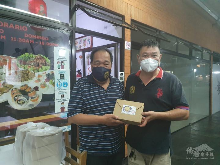 臺灣商會會長邱錦富(右)贈送華僑總會月餅禮盒