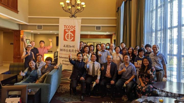 蔣翼鵬主任(前排左二)與柑縣臺美商會理事及青商部多位新加入的會員合影。