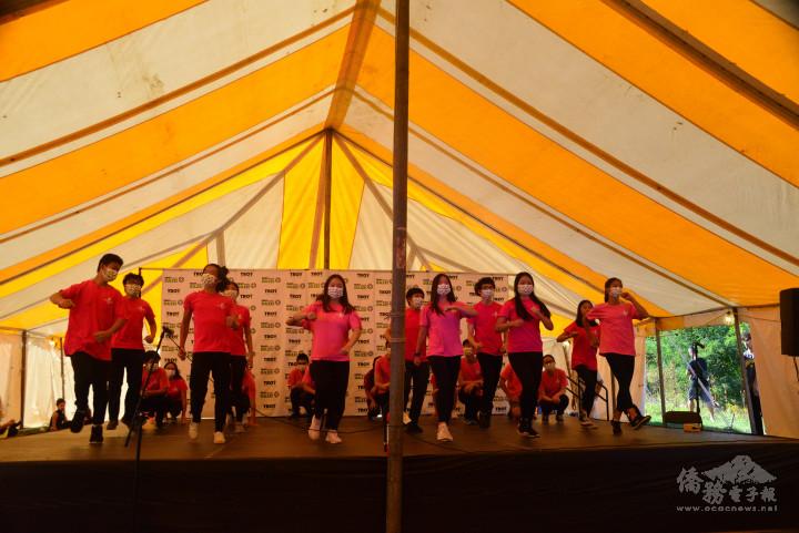 密西根FASCA學員身著標誌性的紅粉T恤,舞出臺灣特有的熱血青春。