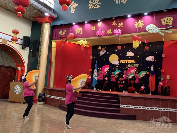 學生表演扇子舞
