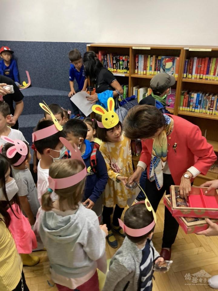 小朋友們戴著可愛的玉兔頭套跟張小月大使拿從臺灣遠渡重洋來的美味月餅