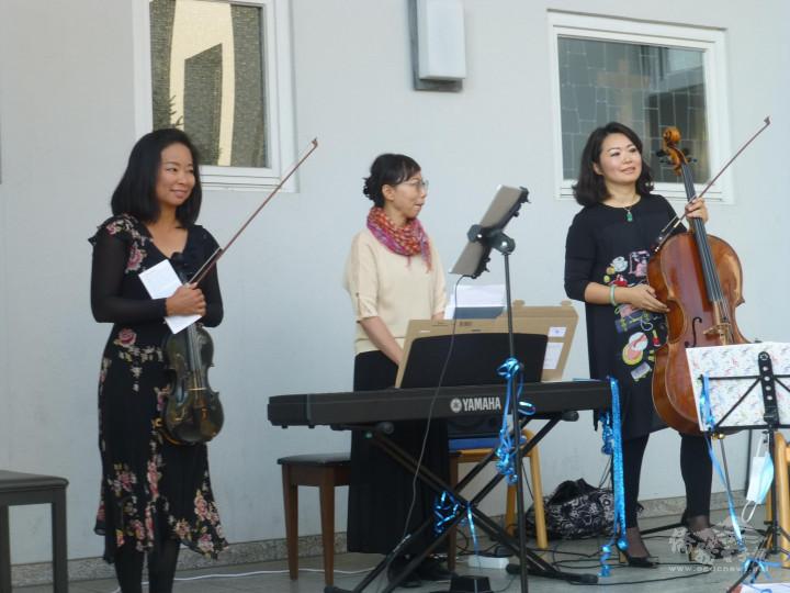 臺籍小提琴家梁涵琳(左)、臺籍大提琴家游適伃(右)與韓籍鋼琴家劉炫周(中)