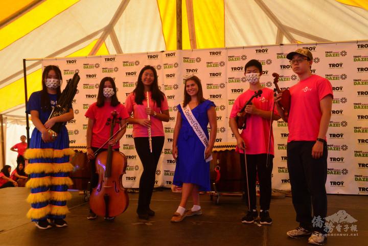 表演國樂小合奏的學員們與當地親善大使合影留念。