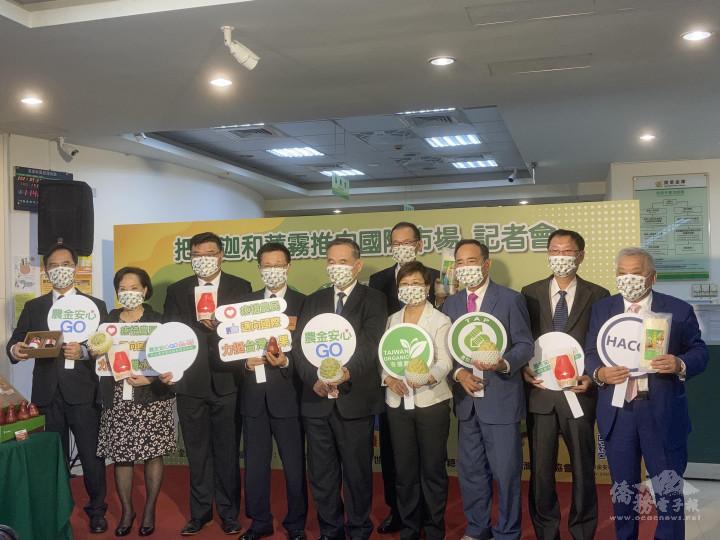 徐佳青、吳明敏與海外臺商代表一起挺農民