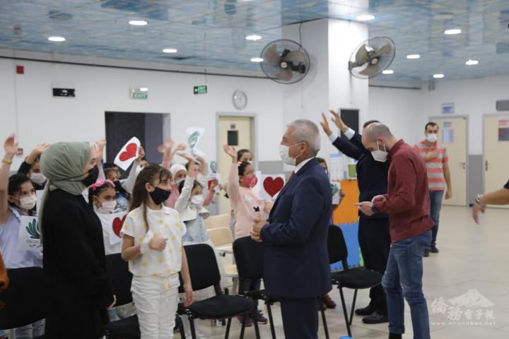 蓋瑟里前副省長阿里先生向學生揮手致意