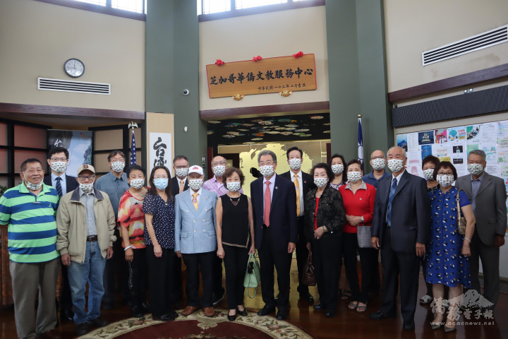 美國安良工商會參訪貴賓於芝加哥文教中心大廳合影