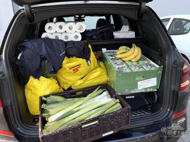 滿滿車廂的愛心捐贈來自當地Aldi超商