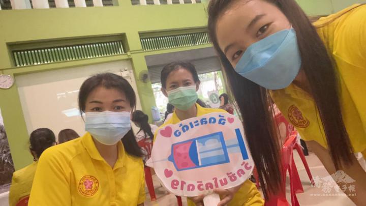 董嬌玫副校長(左1)三位教師在美賽縣醫院等待種疫苗情景
