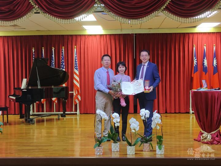 邱慧珠領取30年教學證書和金質獎章