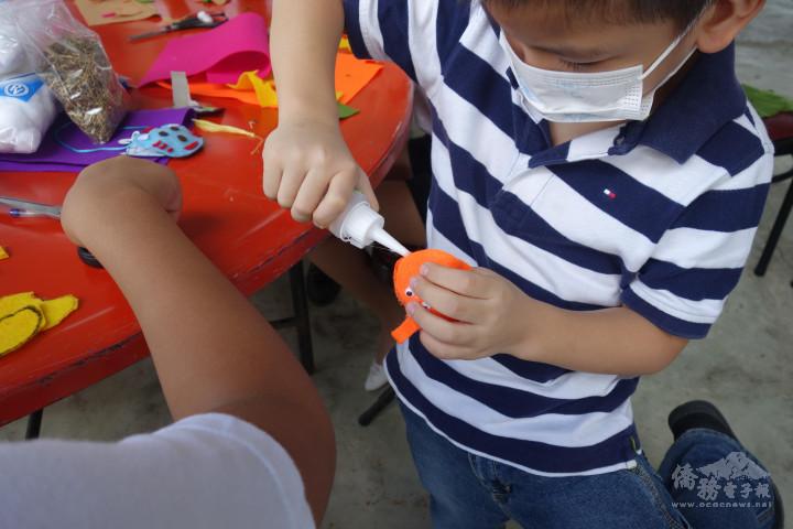 中文學校學生製作香包