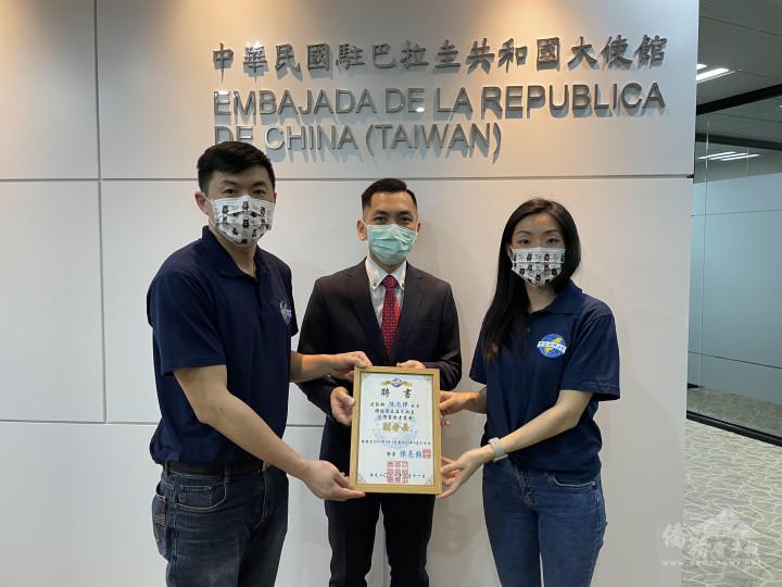 在僑務秘書廖建勛見證下,陳亮銘頒發聘書給亞松森地區副會長陳思樺。