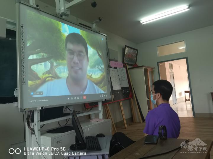 主任黃崧桓協助王楷騰居家線上師資培訓情景