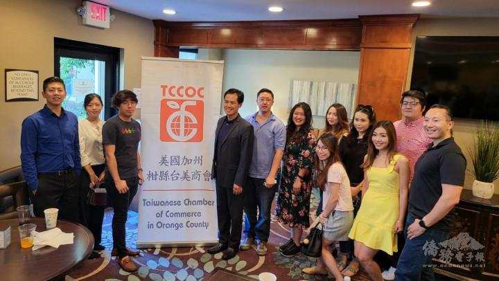 柑縣臺美商會青商部會長官振洋(中、紫色服),發動年輕的會員參與活動、學習前輩成功經驗。