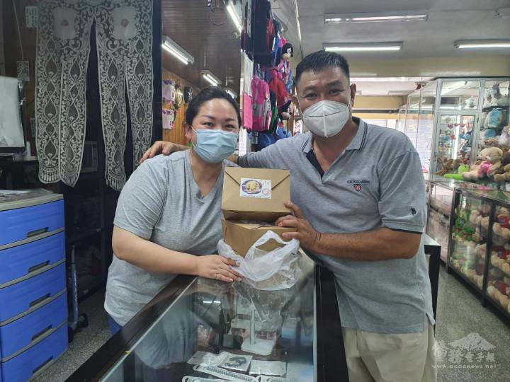 臺灣商會會長邱錦富(右)贈送華人國際獅子會月餅禮盒