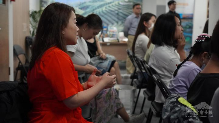 僑胞利用Q&A時間提出各式各樣的問題,講者逐一回應並給予建議