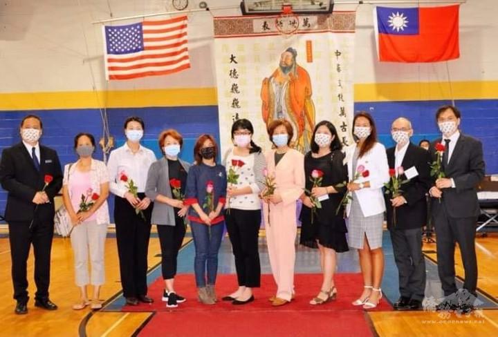 新海中文學校校長楊一中(右二)為老師們獻花, 祝福老師們教師節快樂.