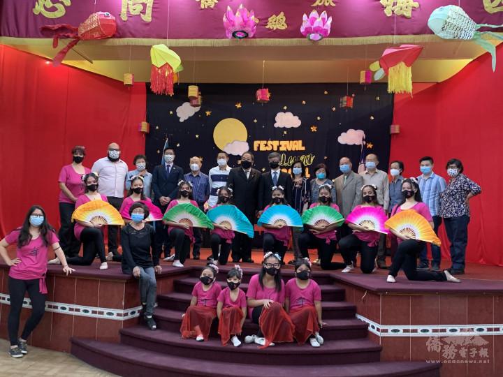 旅瓜華僑總會華文班舞蹈組學生與出席僑領合影