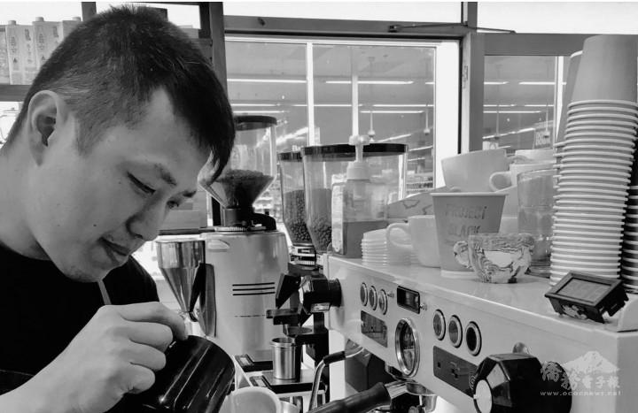 Angus Shen沖泡咖啡(圖片提供:Angus Shen。)