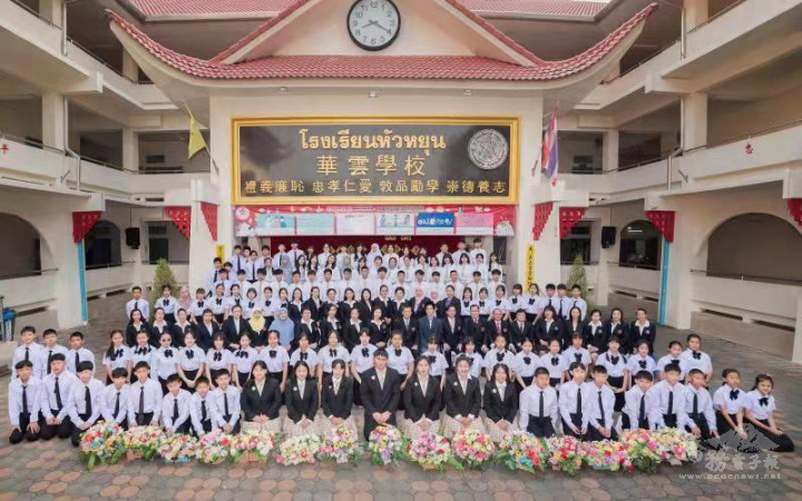 華雲學校教師與畢業班學生於疫情趨緩時合影