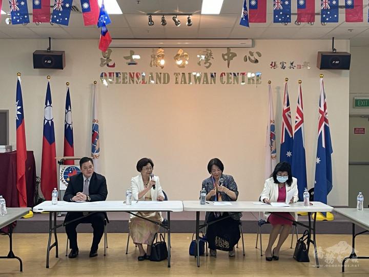 昆士蘭僑界國慶籌備會主任委員陳秋燕(左2)說明各項活動內容