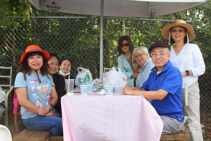 新州北部美華聯誼會幹部聯誼,大家享受茶葉蛋、咖啡以及豐富的美食便當,圍坐閒話家常。(聯誼會提供)