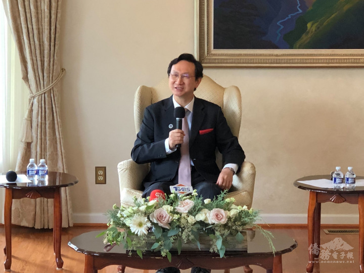 童振源於雙橡園接受華文媒體採訪