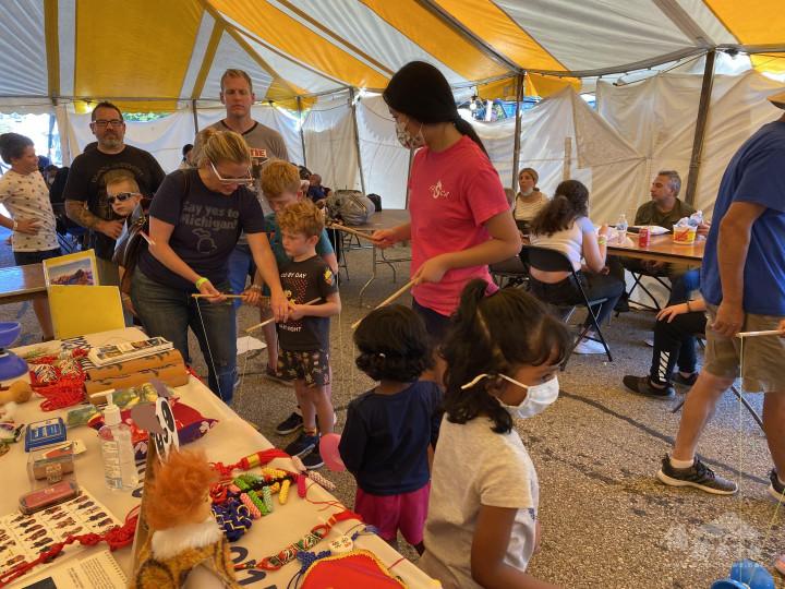 會場遊客對臺灣文化興致勃勃,FASCA學員在會場指導孩童學習扯鈴。