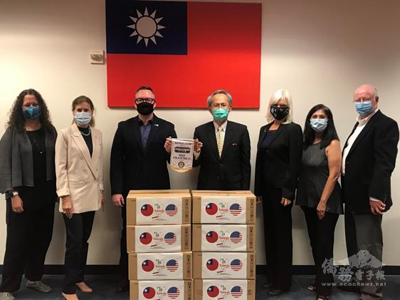 2020年11月5日賴銘琪(中)代表捐贈5000片醫療用口罩予舊金山國際扶輪社